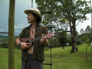 幼 少よりクラシックギターを奥田紘正氏に師事。ニューヨークアクターズスタジオ系のゼンヒラノ氏に演技法を師事。1年間 の山篭りの後、劇団HEMMATITEの役者として10年間舞台に立つ。2007年、葉山の秋谷海岸に活動の拠点を移し、2008年9月より、 mahana kaulaをGENDSBLUE STRINGS LABORATORY と改めウクレレとギターの教室をリニューアルオープン 現在 ★   GENDSBLUE STRINGS LABORATORY 代表★   Wonder Holic 社 マネージャー★  Mahana Ukulele Studio ギターコース インストラクター★  cocolo club インストラクター CD★『 ALL THAT UKULELE X'MAS 』★『 ジ ウクレレ コンテスト 2007 』★『GENSBLUE』 受賞、出演  ★  2007年11月第四回 The Ukulele Contest  審査員特別賞受賞 ★  2009年7月39th Annual Ukulele Festival 2009 in HAWAII 出演★  2009年7月J-WAVE  Colors of HAWAII 出演 ★  2009年8月テレビ朝日「朝だ生です旅サラダ」出演★  2010年1月~4月Ukulele Safari 2010 Austraria  日本代表  http://ukulelesafari.com/index.php★   2010年6月 宇都宮 Radio Berry 「ゲッツハワイアン」 出演★  2010年8月 Ukulele Picnic 2010 ゲスト演奏★  2011年2月 Ukulele Picnic in HAWAII 2011 ゲスト演奏★  2011年6月 ウクレレスーパージャム2011 オープニングアクト ブログ  ★ http://gb-stringslabo.jimdo.com/
